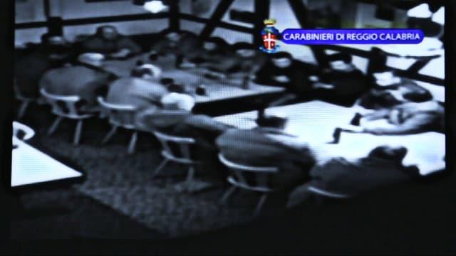 Ausschnitt aus Video, vermeindliche Mafiamitglieder sitzen im Restaurant in Wängi am Tisch.