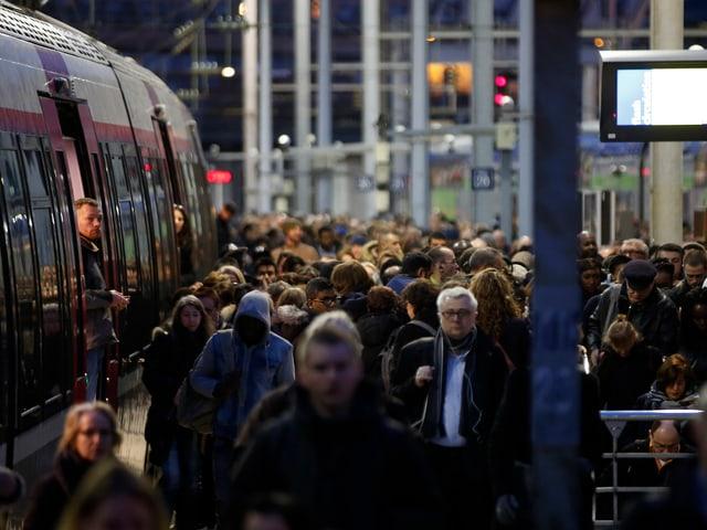 Pendler steigen am Morgen aus Zug am Gare du Nord