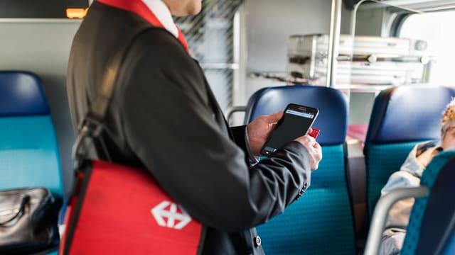Billetkontrolleur kontrolliert Billet im Zug