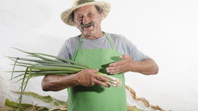 Ein älterer Mann hat Lauch geerntet