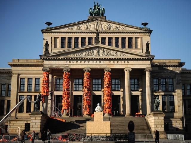 Schwimmwesten werden am Konzerthaus Berlin angebracht.