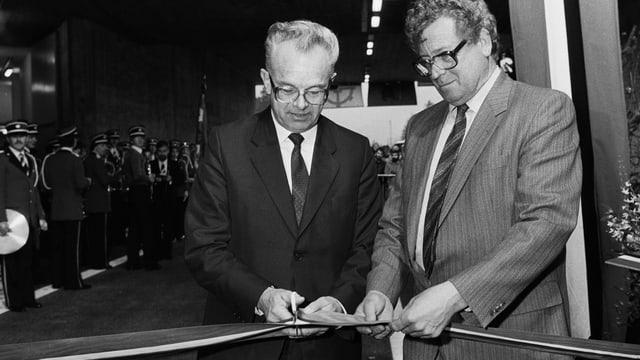 Bundesrat Leon Schlumpf, links, und der Glarner Baudirektor Kaspar Rhyner.