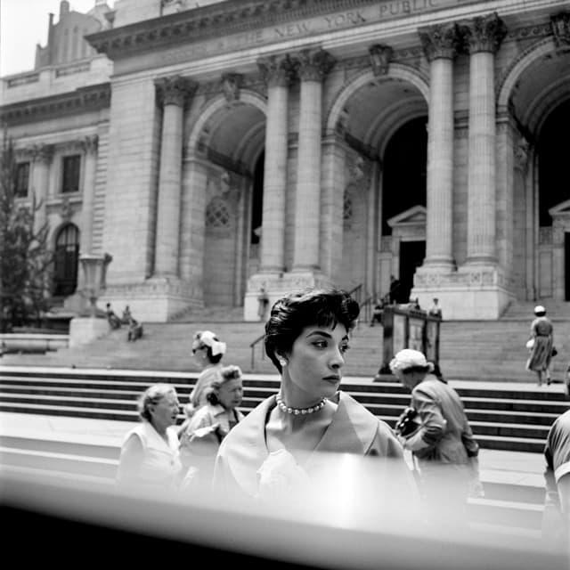 alte schwarz weiss Fotografie von einer schick gekleideten Frau aus den 60er jahren