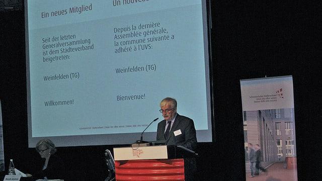 Marcel Guignard an einem Rednerpult.