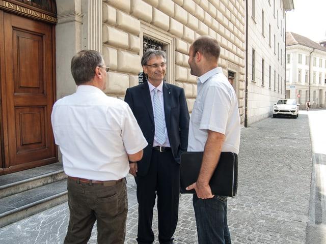 Guido Graf im Gespräch vor dem Luzerner Regierungsgebäude.