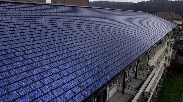Ein grosses Dach mit Solarpanels