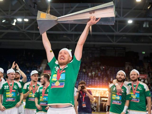 Wiler-Ersigen-Stüermer Philipp Fankhauser stemmt den Schweizermeister-Pokal in die Höhe