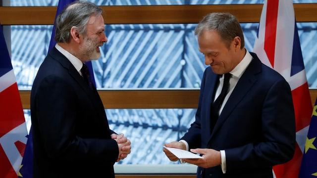 Der britische EU-Botschafter Tim Barrow überreicht EU-Ratspräsident Donald Tusk den Austrittsbrief.