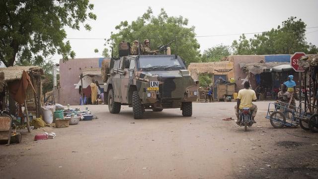 UNO-Truppen paotroullieren in einem malischen Dorf.