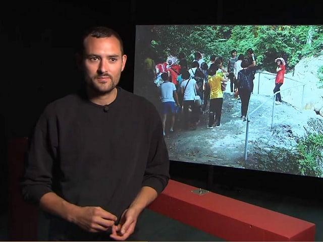 Il reschissur grischun Gian Suhner en l'exposiziun 'Let's talk about mountains'.
