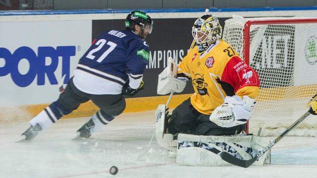 Josh Holden vom EV Zug gegen SaiPa Goalie Jussi Markkanen im Spiel der Champions Hockey League gegen SaiPa Lappeenranta aus Finland.
