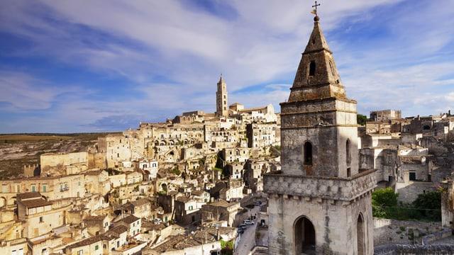 Kirchturm und Überblick über Matera