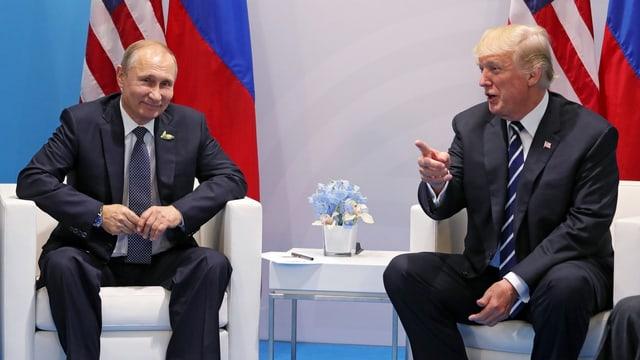 Trump und Putin bei einem offiziellen Treffen