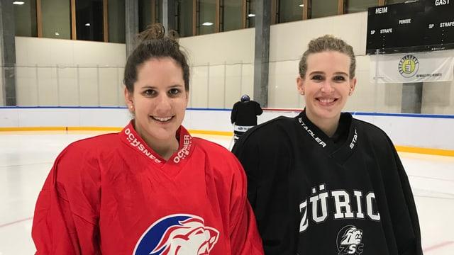 Zwei Frauen im Hockeydress