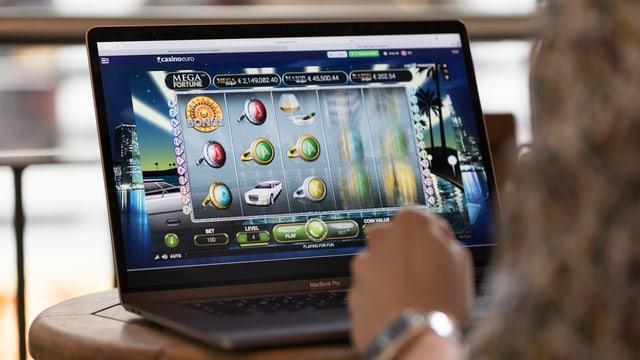 Auf einem Laptop läuft ein Glücksspiel.