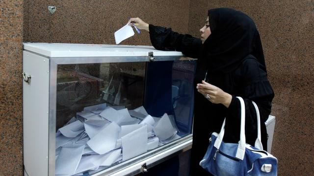 Frau bei Abstimmung.