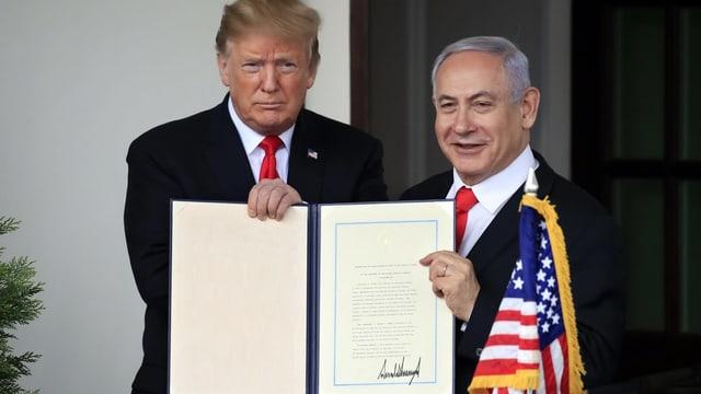Trump und Netanjahu halten Vertrag.