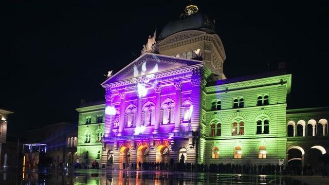 Lila und grün beleuchtetes Bundeshaus
