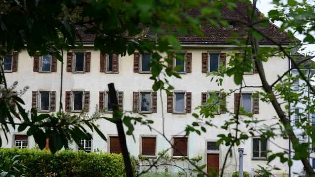 Blick in einen Klostergarten.