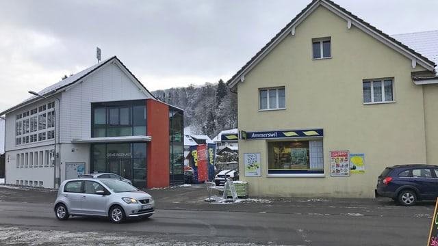 Blick über Strasse auf Gemeindehaus und Volg-Laden