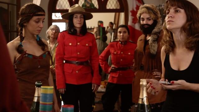 Frauen in Offiziers und Indianer-Kostümen in einer Bar.