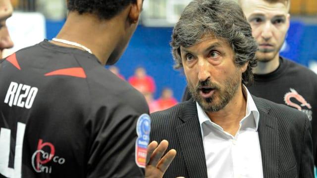 Mario Motta gibt seinem Spieler Anweisungen.