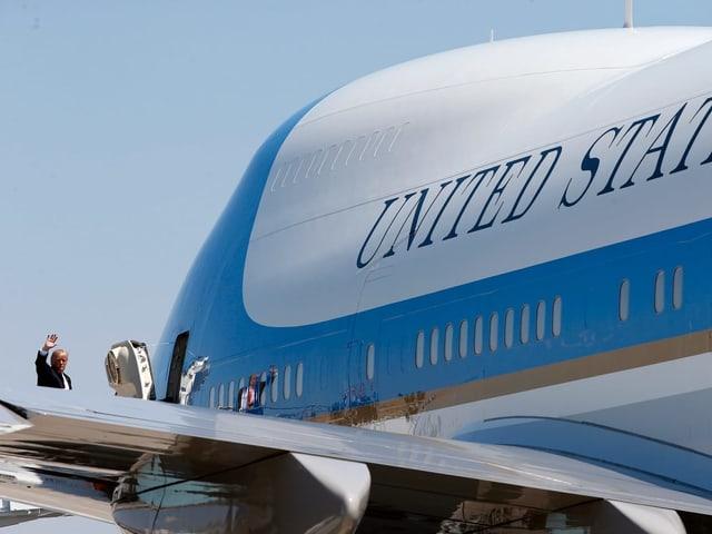 Trump geht in die Air Force One.