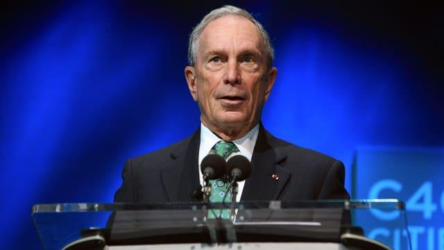 Michael Bloomberg spricht an einem Rednerpult.