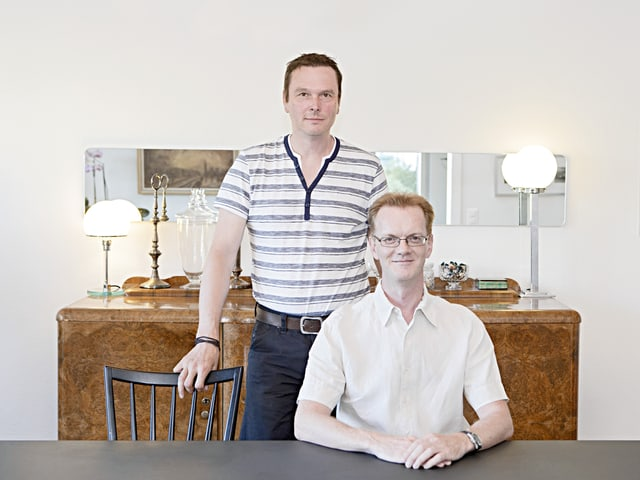 Diccon Bewes und Gregor Scheibelhofer in ihrer Wohnung.