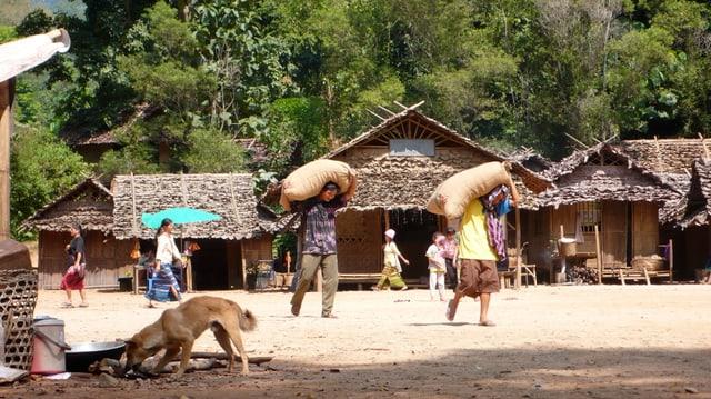 Menschen in einem Dorf in einem Regenwald in Asien