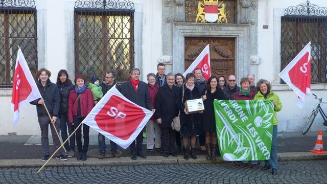 Eine Gruppe von Parteienvertretern steht vor der Solothurner Staatskanzlei.