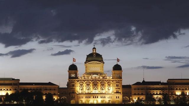 Symbolbild: Dunkle Wolken über dem beleuchteten Bundeshaus in Bern.
