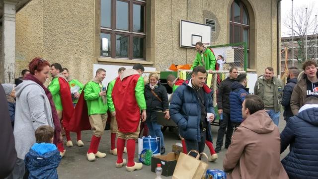 Die «Birskepfli Brinzler» versammelten sich auf dem Schulhaus-Platz...