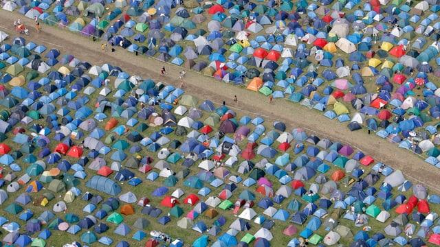 Aus der Vogelperspektive sind viele Zelte zu sehen. Von links oben nach rechts verläuft ein breiterer Weg durch die Zelte.