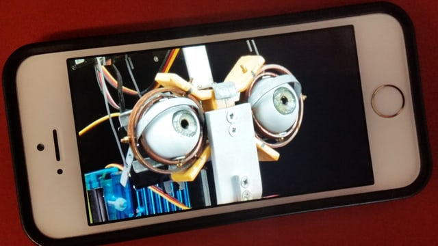 Handy zeigt Bild eines Roboters
