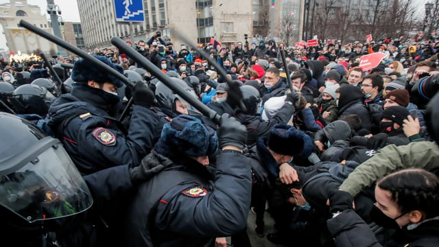 Polizei knüppelt gegen Demonstranten.