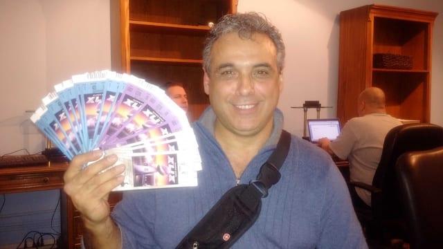 Anton Correia streckt ein Bündel Tickets in die Kamera.