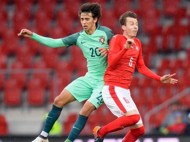 João Felix, hier im Zweikampf mit dem Schweizer U21-Natispieler Sandro Lauper.
