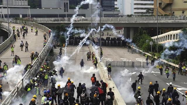 Via cun demonstrants e fim da gas lacrimogen.