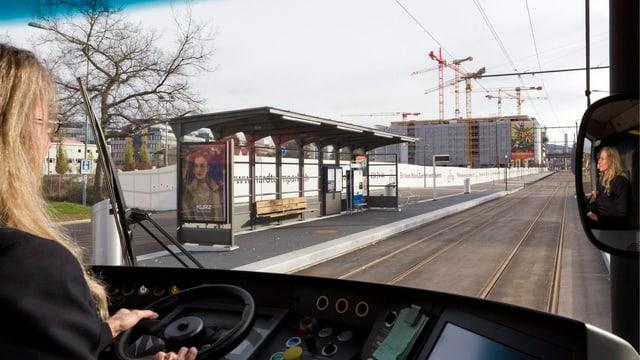 Eine Tramchauffeurin in der Stadt Zürich
