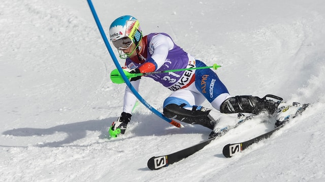 Luca Aerni fährt ein Slalomtor an.