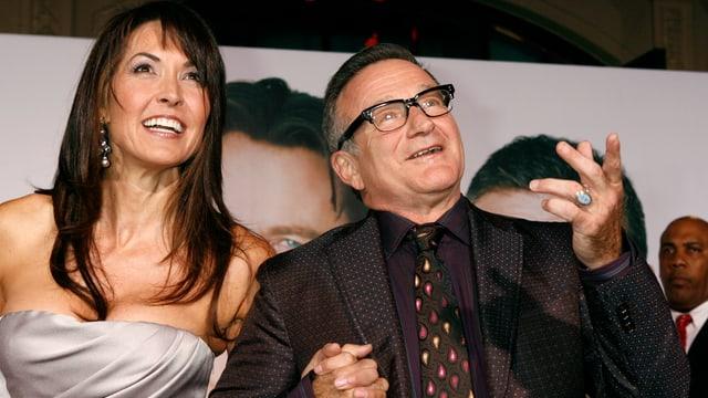 Robin Williams lacht mit seiner Ehefrau Susan Schneider.