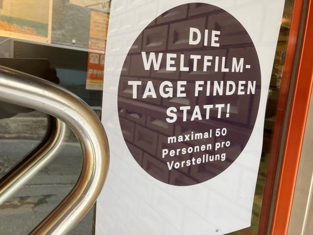 L'entrada dal Kino cun il placat maximalmain 50 persunas astgan entrar.
