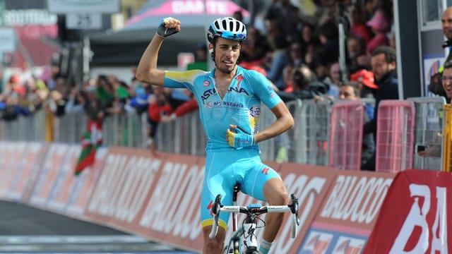 Fabio Aru bejubelt seinen Etappensieg.