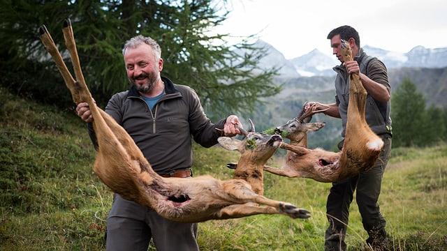 Bündner Jäger mit ihrer Beute