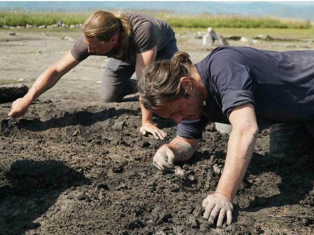 Caspari und Milella au fden Knien bei der Ausgrabung.