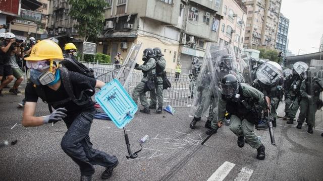 Demonstranten stossen mit der Polizei zusammen in Hongkong.