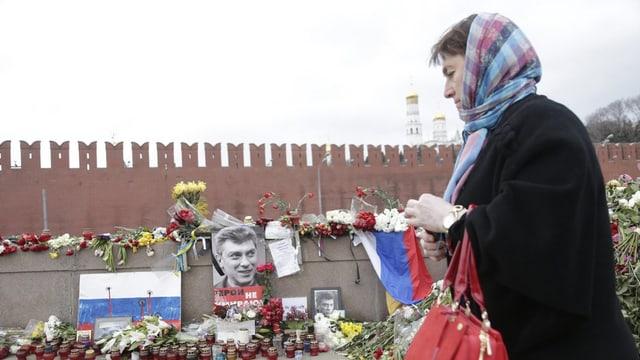 Ina dunna russa passa sper il purtret da Boris Nemzow a Moscau.
