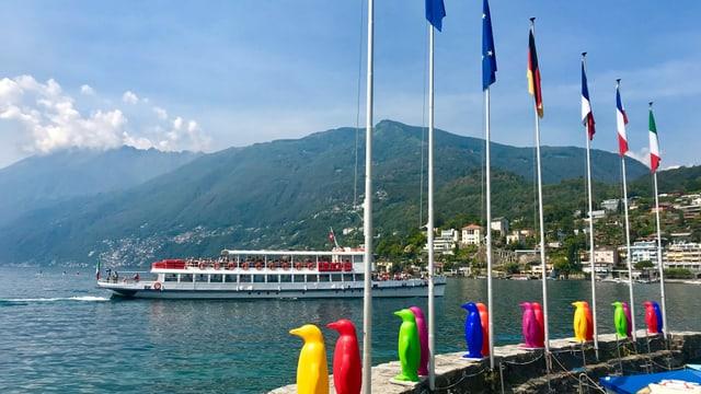Kursschiff auf dem Lago Maggiore beim Anlegen in Ascona.
