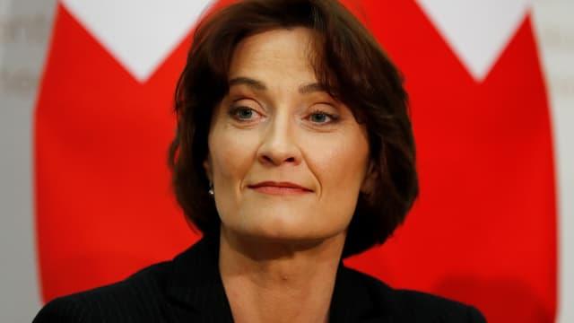 Pascale Baeriswyl vor Schweizer Fahne.
